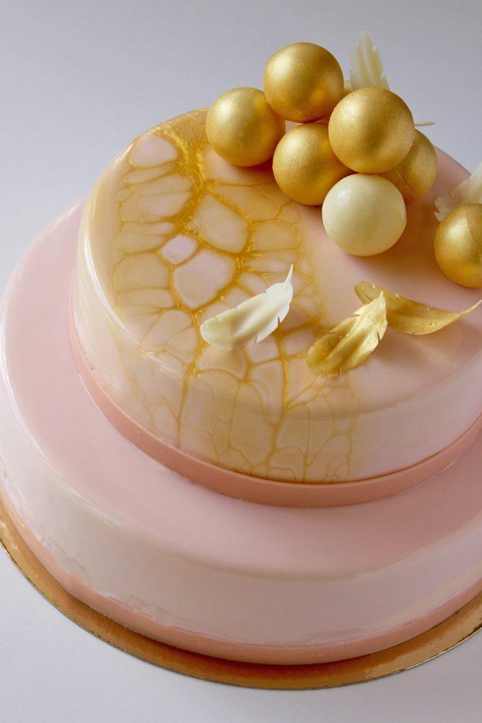kazu-torte-roza-zelta-bumbas