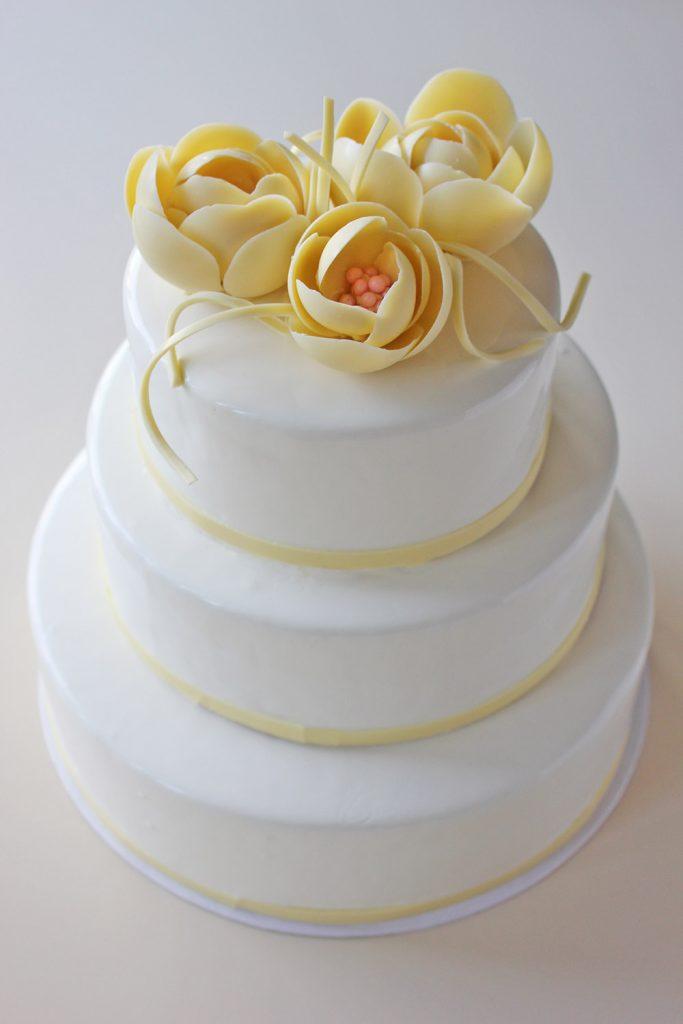 kazu-torte-baltas-peonijas